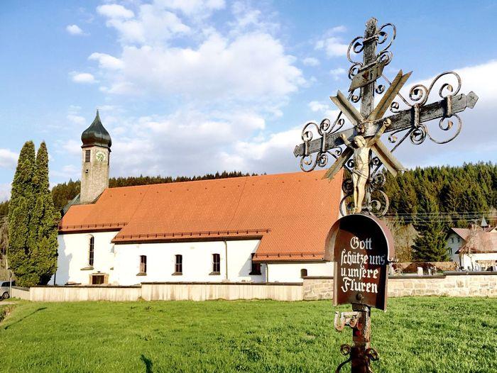 Kirche St.Wendelin in Sibratshofen im Allgäu mit Feldkreuz im Vordergrund. Church and Cross .