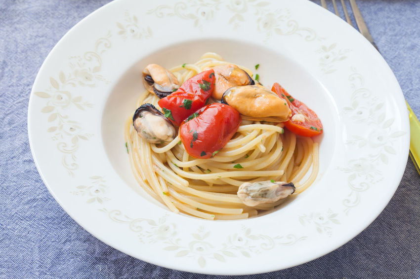 Spaghetti with mussels Spaghetti Cooked Food Healthy Eating Italian Italian Food Lemon Mussels Pasta Recipe Summer Tomato Tomatoes Food Stories