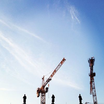 #berlin #fhain #friedrichshain #stalinbau #zuckerbäckerbauten #denkmal #kräne Berlin Denkmal Friedrichshain Kräne Fhain Stalinbau Zuckerbäckerbauten