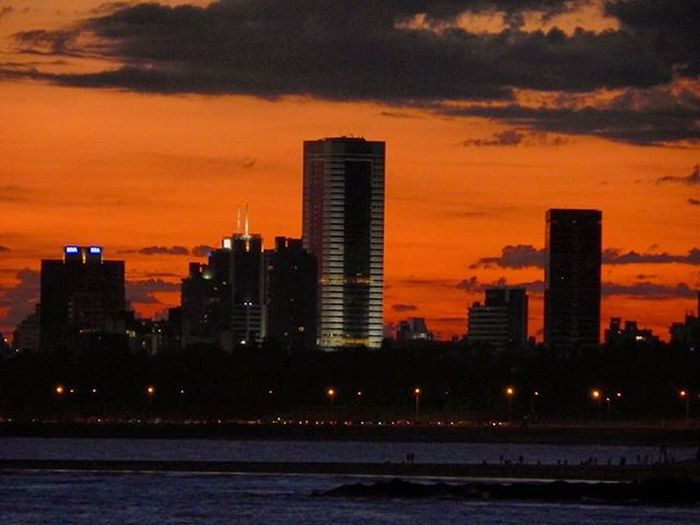 Sos linda Montevideo... Sunset Sunsetlovers Instalike Design Arquitetura Arquitecture Buildings Sky Skyporn Clouds WTC Wtcmontevideo View Audiovisualuruguay Igersuruguay Igers_gallery Igersphotography Montevideo Mvd City Barriosdemdeo PuntaGorda Buceo Uruguay_estrella