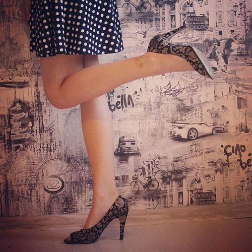 ножки платье горошек обои туфли моиноги моиножки каблук каблуки Shoes Leg Legs Dress Point Wallpaper Wall стена стройныеножки стройная паркет параног CiaoBella чаобелла город фон city черноеибелое староеиновое девушка узор
