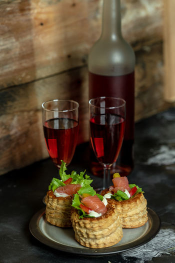French cuisine, patties with salmon and red wine Essen Mittagessen French Pate Sandwiches Essen Gesundheit French Food Healthy Food French Pie Salmon - Seafood Red Wine Romantic Dinner Valentine's Day
