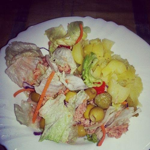 Me voy a cenar ya, que tengo un hambre... ensalada con atun, algunas olivillas y 2 patatillas al microondas. Healthylife Vidasana Diet Dieta