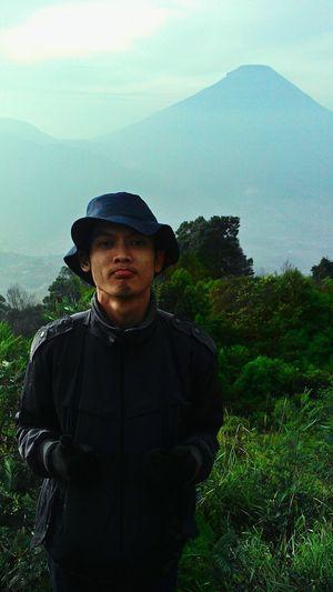 A Moment In Sikunir Hill #Sunrise Sikunirmountain Explorewonosobo Travelingindonesia Travellers Mountain View Mountainlove