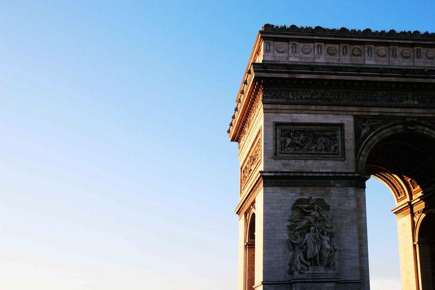 toujours difficile de prendre une photo de monument :P, j'aime bien ça en regardant dans un bus Arc The Trium Famous Place History L'arc De Triomphe Paris Architecture Up Close Taking Photos Sky