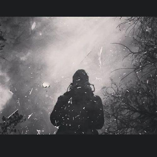 La fotografia è miscela di arte e scienza, creativitá e tecnologia. Ci incoraggia a guardare il mondo con occhi nuovi, esplorare luoghi sconosciuti. Ombre Riflessi Pozzanghere Inverno2014 Ticino Fujifilm Straniscatti Biancoenero Riflessidiluce Instaphoto Instalike Instabiancoenero Foglie Riflesse Nuvole Nuvolenelcielo