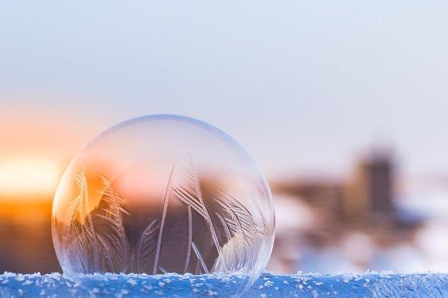 Seifenblase aus Eis Frozen Bubble Frozen Bubbles Coldday Eisblase Seifenblase Close-up Crystal Ball Celebration No People Focus On Foreground Outdoors Day