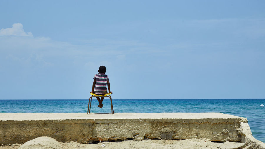 Mucureño melancólico Sea Sky Water Horizon Over Water Horizon Real People Beauty In Nature One Person Full Length Nature Men Looking At View Leisure Activity Lifestyles Beach