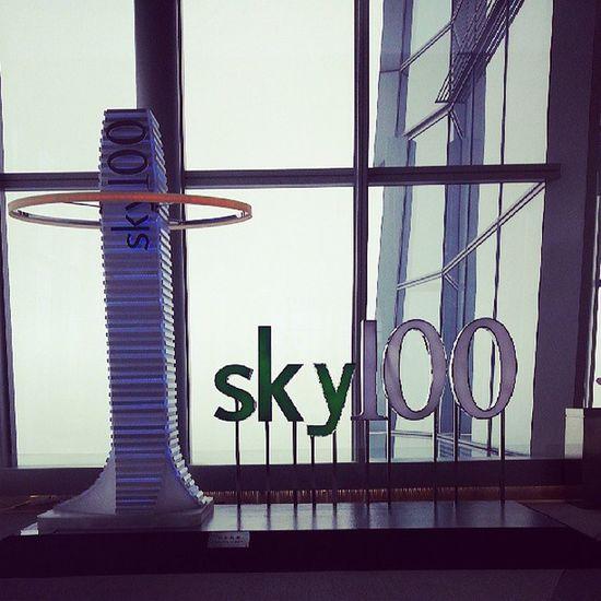 Мы на высоте 400м над землей на 100 этаже башни Скай 100. Сказать завораживает - ничего не сказать...Sky100 Honkong  высота  высоко