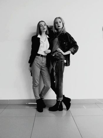 Friendship Full Length Togetherness Portrait Young Women Women Heterosexual Couple
