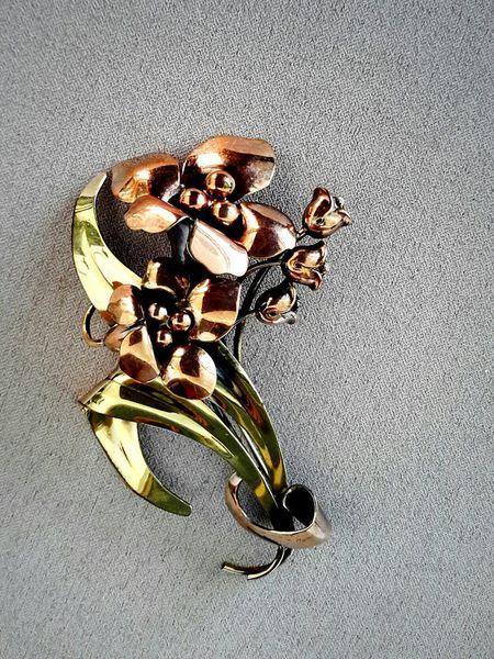 artdeco influenced copper lily brooch, mid century metal work Floral Metal Art Artdeco Retrostyle Floral Design Brooch Super Retro Jewelry Metallic Vintage Copper  Lieblingsteil