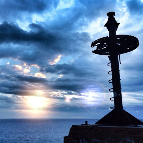A rainy morning in Punta Montgo, L'Escala, Girona ___ Amanecer lluvioso en Punta Montgó, L'Escala _____ Somosfelices Streamzoofamily EyeEm Nature Lover Sunshine Sea And Sky Costabrava Catalunya Amanecer Lighthouse