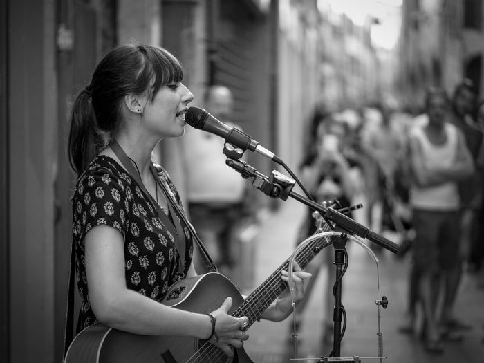 Katie Ferrara Beauty Buskers Buskers Festival Buskers Festival 2016 Buskersfestival KatieFerrara Lifestyles Playing Profile View Singer  Young Women Monochrome Photography TakeoverMusic Uniqueness The Portraitist - 2017 EyeEm Awards The Portraitist - 2017 EyeEm Awards