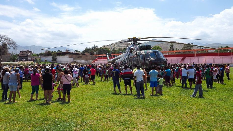 Apoyo bienintencionado! El Niño Costero MORO Ancash Peru Apoyo  Military Helicopter Aid Humanitarian Aid Valle Nepeña Ejercito Peruano Peruvian Army Olympus OM-D E-M1 Mark II Crowded People Watching Curious Moments