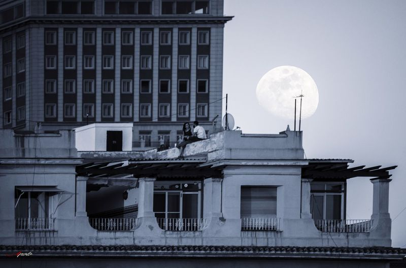 El embrujo de la luna Bnw_madrid Bw_addiction Thehub_bnw Bnw_quality BlackNWhite_Spain Bnw_mania__ Bnw_fabulous Bw_perfect #madrid Architecture Moon Built Structure Building Exterior Outdoors No People Day
