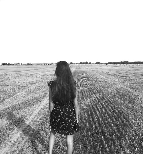 idkw but I love that photo😍 PlsDontThinkImAnorectic ImNot... ImSlimIdk Ilovethispicture Field Girl GirlInField Hair Well Turned Out ImYoungSadStory Picturing Individuality