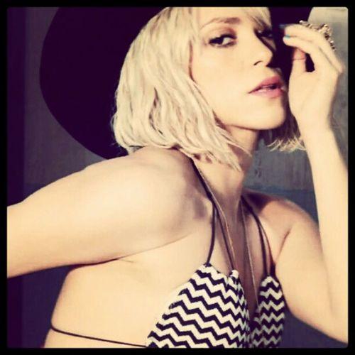 Tu recuerdo ha quedado así como un broche prendido en mi almohada... AddictedToYou Shakira Shakirabrasil