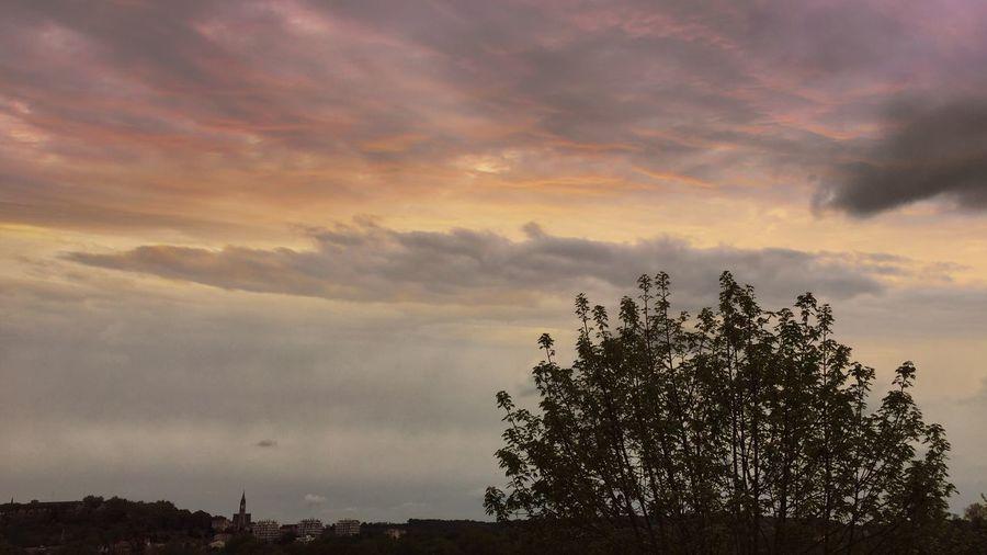 Angoulême se couche doucement ⛅️ Charente France Ciel Nuages Ciel Et Nuages Clouds Sky CIELFIE Printemps Spring Into Spring