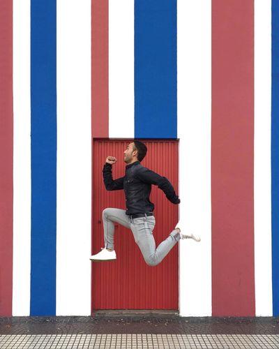 Azul y blanco vuela, por casi todas partes que pena que no te haya... Que pena que no te haya conocido antes 🎶 ( El Pescao ) . 🔴🔵🔴🔵🔴 🔴🔵🔴🔵🔴 🔴🔵🏃🏻🔵🔴 🔴🔵🚪🔵🔴 ➖➖➖➖➖ Myemojisreality Jump Strongramer Jumpgramers Enjoying Life Toni_laoshi Hanging Out Eyeemjump Instagramer Jumping