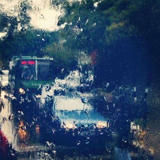 Dışarıda Yağmur Yağıyor . Gitme vakti Benim için. Biraz yürüsem altında Belki yıkanır içim..