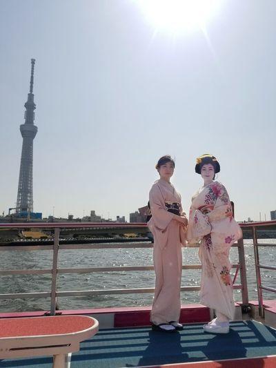 芸子さんと。川岸に桜が咲いたらとても綺麗でしょうね🌸。蛍ぼかしの着物に桜の半幅帯を合わせてみました。 KimonoStyle Skytree Japan Tokyo Asakusa Geiko Kimono Yakatabune 屋形船