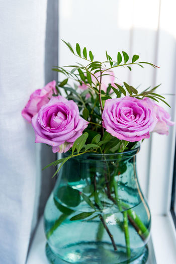 Close-up of rose bouquet in glass vase