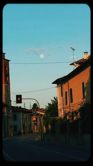 ...e la luna ancora tra noi..buongiorno <3