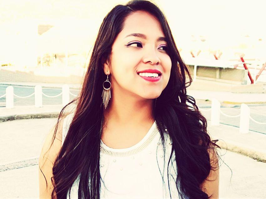 Una sonrisa no se puede fingir EyeEm Selects Young Women Portrait City Smiling Beautiful Woman Happiness Cheerful Beauty Looking At Camera Headshot Human Lips