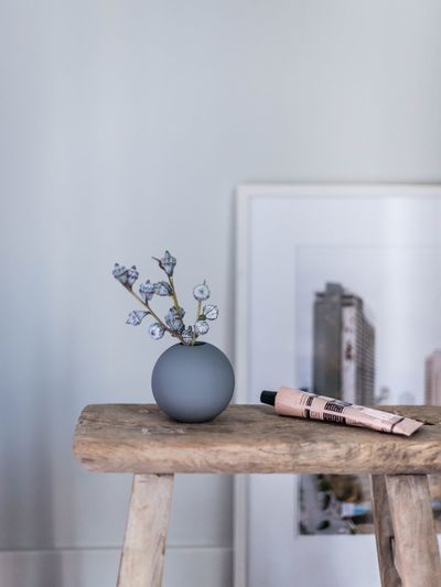 Details Home Interior No People Indoors  The Week On EyeEm TheWeekOnEyeEM Home Styling Photography Muted Tones Lifestyle Photography Moments Of Life Flower Photography Still Life Interior Decorating Eukalyptus Porcelain  Vase StillLifePhotography Flower Head Interior Design Interior Views