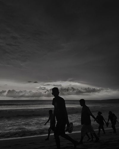 Sky Sea Beach Water Land Horizon Over Water Cloud - Sky Horizon Real People Group Of People Scenics - Nature Beauty In Nature Leisure Activity Nature Silhouette Men Lifestyles People Togetherness Outdoors
