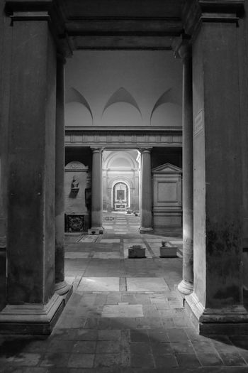 Oltre le colonne High Angle View Photooftheday Bestoftheday Light And Shadow Canon 5d Mark Lll Art is Everywhere Cimitero Monumentale Scenics Architecture Built Structure Arch Building Architectural Column No People Indoors  History The Past Corridor Old Colonnade Direction Arcade
