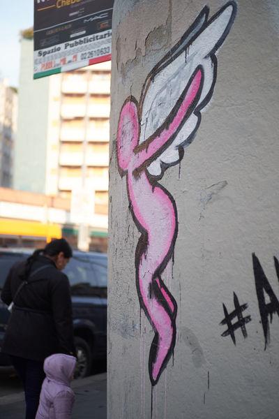 Real People Outdoors Building Exterior City Day Streetphotography Street Photography Streetart Street Art Murales Muralesart Graffiti Graffiti Art Pink Pink Color Alua Spraypaint Spray Paint Sprayart