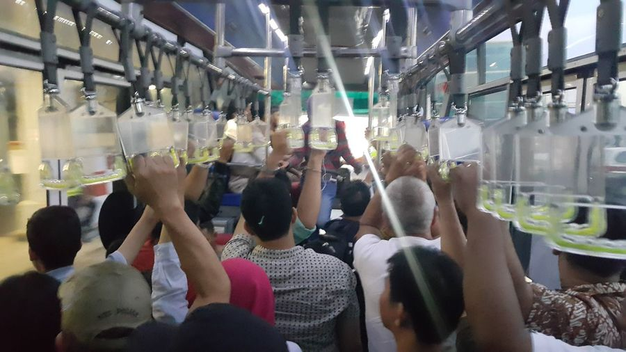 bergantungan dan berdiri Adult Adults Only Airport Airportbus Ceremony Crowd Day Indoors  Large Group Of People Lifestyles Medical Cannabis Men People Real People Women