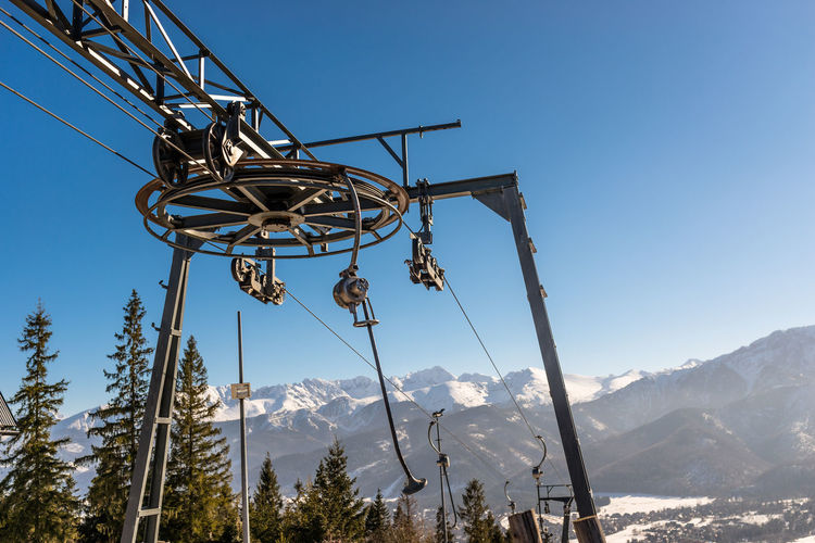 The mechanism of the ski lift, visible large, driving wheel pulling the rope.