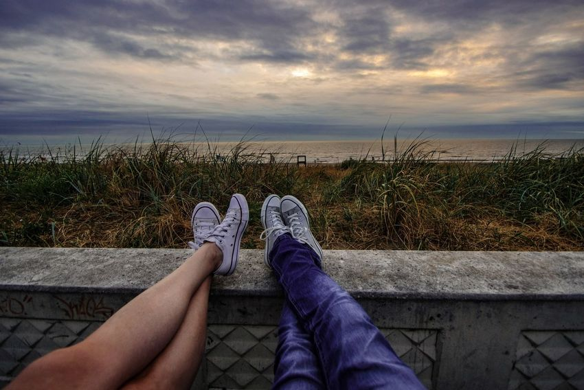 Sunset Sea Seascape Genießen Idyllic Tranquility Tranquil Scene Clouds And Sky Beautiful Scenery You And Me Seite An Seite Hand In Hand Travel Scenics Scenery Landscape Relaxing Low Section Sunset Human Leg Shoe Sitting Leg Personal Perspective Human Foot Calm Horizon Over Water