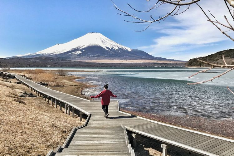 freezing at yamanaka lake , Mt.Fuji Fuji Asian  Tourist Happy Travel Yamanaka Lake Japan Winter Relaxing Mountain Full Length Day One Person Real People Water Nature Walking Scenics Outdoors Lake Sky Lifestyles Beauty In Nature