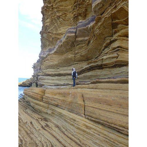 Moi qui joue le rôle d'une échelle dans la Crique de mille feuille. Korbous Nabeul Tunisie Tunisia geologie geology geologyeverywhere