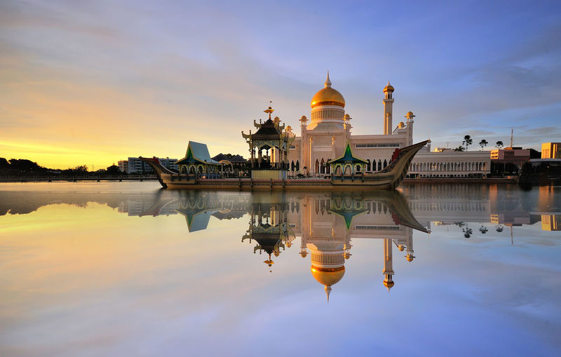 Sultan Omar Ali Saifuddin Mosque and reflection during sunset Religion And Beliefs Religious Place Gold Minaret Asian Culture Brunei Cityscape Beautiful World Religion Architecture Buildings & Sky Modern Architecture Dawn Light Reflections In The Water Mosques Of The World Waterscape Mosquee BandarSeriBegawan Boats Landscape Architecture Photography Miles Away Neighborhood Map The Architect - 2017 EyeEm Awards