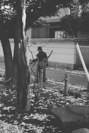 Guitar man/キカイダージロー近影 Accousticguitar Hanging Out Streetphotography Snapshots Of Life LUMIX DMC-GX7 in Nakano Tokyo Japan