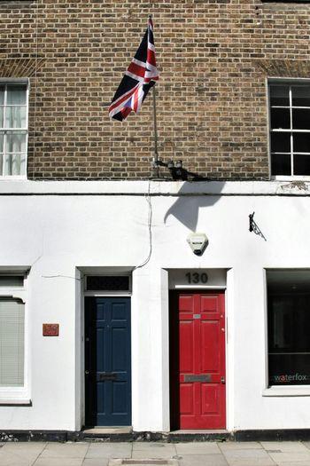 Red🔴White⚪Blue🔵 Unionjack Flag Doors London Londra Bandiera Porta Street Wall Bricks Way Strada Urban City Citylife Architecture Architectural Detail City Street Inghilterra England Door Explore Travel Photography