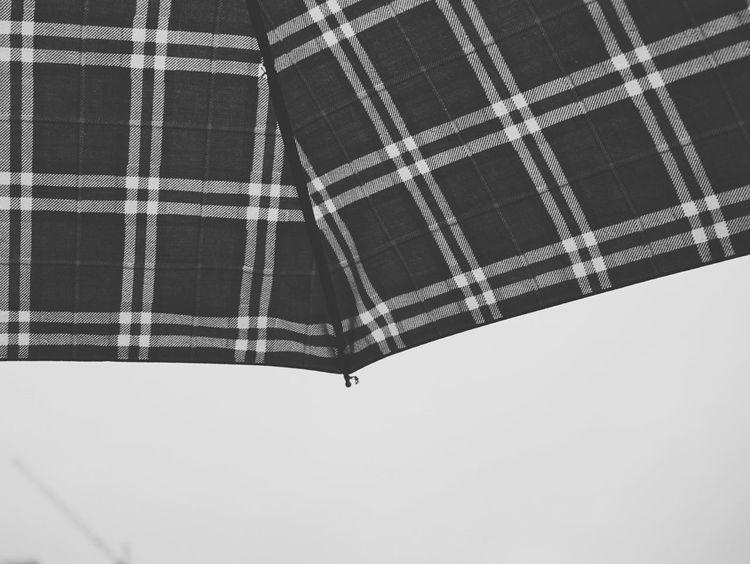 《伞》By Sony a6000|自由影像·不同人生 Rain EyeEm China Sony China Sonyphotography City Streetphotography Sony A6000 Street Building Geometry Black & White Monochrome