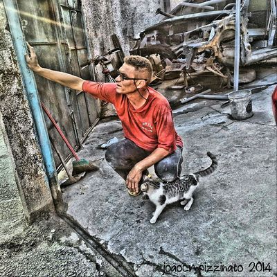 Flávio Funileiro e sua gata. People Streetpeople Ig_global_people Ig_energy_people cat pet animal urban streetphotography industrial hdr hdr_pro hdr_la colors city zonasul saopaulo brasil photography