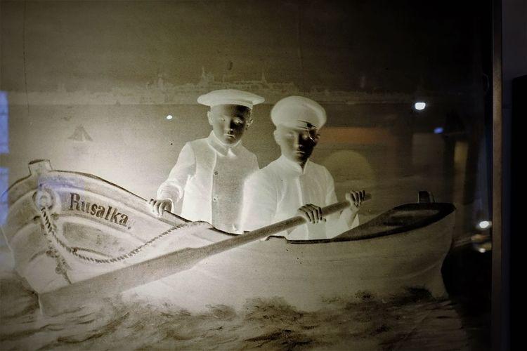 undeveloped Boat Fotografia Fotomuseum History Picture Human Representation Indoors  Night Photograhic Image Reverse Two Boys Undeveloped Land