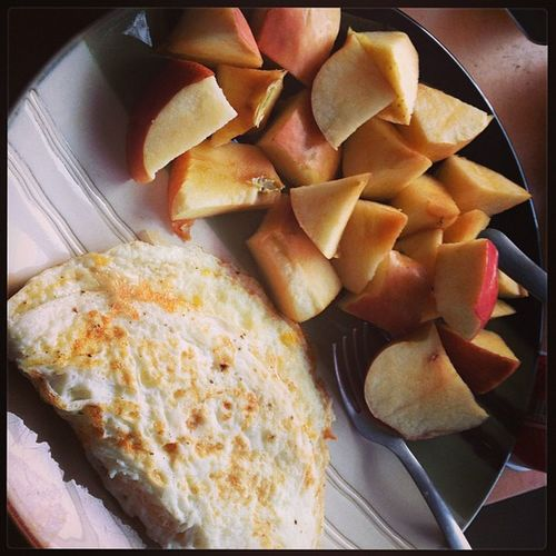 Egg white omelette with cheese and fresh cut apples Freshcutapples Apples Dicedapples Eggwhites eggwhiteomelette eggomelettewithcheese cheese redapple health healthy healthybreakfast gym workout train