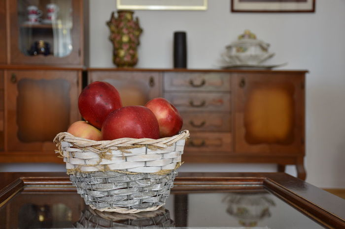 Vase Apple - Fruit Basket Close-up Focus On Foreground Food Food And Drink Freshness Fruit Healthy Eating Home Interior Indoors  Living Room No People Red Still Life Table Wellbeing Wood - Material