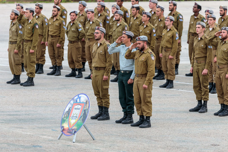Mishmar David, Israel, Februar 21, 2018 : Soldier of the IDF salute at the formation in Engineering Corps Fallen Memorial Monument in Mishmar David, Israel Engineering Corps Fallen Memorial Monument Event Formation Jewish Patriotism Service Soldier Standing Uniform Warrior Armed Army Ceremony Day Education Group Idf Infantry Israel Defence Force Military Parade Professional Protection Training Weapon