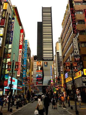 小学校二年生から住んでいるのに、風景というかランドマーク的な店舗ビルが変わりすぎて、昔の風景が思い出し難くなっている。少なくとも、ゴジラは居なかった。サブちゃんだった。 City Cityscapes Crossing Shinjuku Tokyo Japan From My Point Of View Urban Urban Landscape Urban Exploration Kabukicho Streetphotography