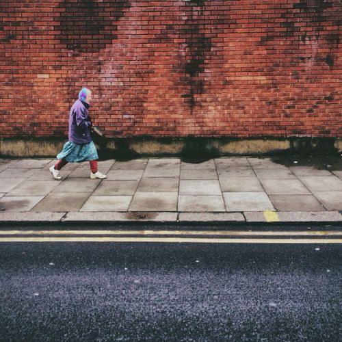 // Pace yourself // Candid Peoplewalkingpastwalls AMPt - Street Daily Commute