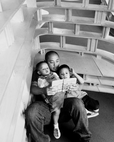 Daddy Daddy And Sons Reading Reading A Book Quiet Time Modern Father