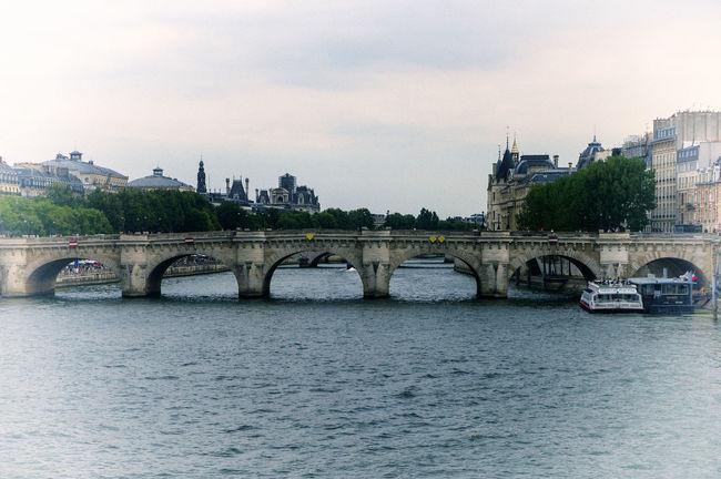 Título: Pont Neuf Autor: Marcus Populus Lugar: Paris Cámara: SONY NEX F3 Punto F: f/9 Tiempo de exposición: 1/400s Velocidad ISO: 200 Distancia focal: 55mm Architecture City Day Nature No People River Water